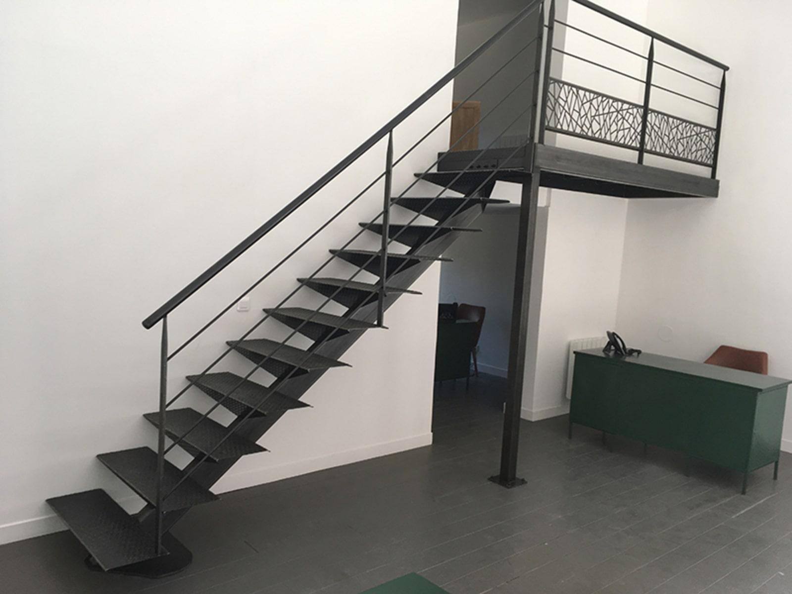 Escalier sur mesure métal : seulement en extérieur ?